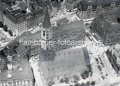 Historisches Luftbild von der St. Jacobi Kirche in der Altstadt Hamburgs - Blick auf die Mönckebergstraße u. Spitaler Straße.