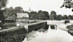 Historische Fotografie vom Alsterlauf an der Schleuse in Hamburg Poppenbüttel.