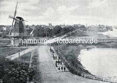 Altes Bild von Cuxhaven an der Elbmündung - Blick auf die Stadt; Windmühle beim Deich.