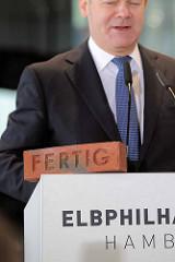 Festakt zur Eröffnung der Plaza / Aussichtsplattform der Elbphilharmonie in der Hansestadt Hamburg. Der Hamburger Bürgermeister Olaf Scholz hält eine Rede - Ziegelstein mit der gravierten Inschrift FERTIG.