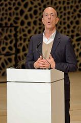 Pressekonferenz zur Eröffnung der Plaza / Aussichtsplattform der Elbphilharmonie in der Hansestadt Hamburg. Der Architekt Jacques Herzog hält eine Rede.