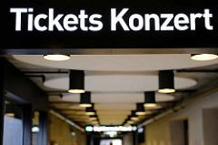 Hinweisschild Tickets Konzert - Konzerthaus Elbphilharmonie Hansestadt Hamburg.