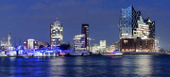 Blaue Stunde im Hamburger Hafen - Blick über die Elbe zur Hafencity; Bürogebäude am Kehrwieder, re. die St. Katharinenkirche - in der Bildmitte die Einfahrt zum Sandtorhafen - re. die Elbphilharmonie.