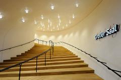 Treppenaufgang zum Großen Saal der Elbphilharmonie in der Hamburger Hafencity an der Elbe.