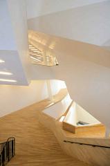 Innenarchitektur der Hamburger Elphilharmonie - geometrisches Treppenhaus des Hamburger Konzerthauses.