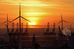 Sonnenuntergang im Hamburger Hafen - Hafenkräne und Rotorblätter von Windkraftanlagen