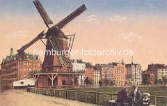 Colorierte Darstellung von der Windmühle auf dem Hamburger Heiligengeistfeld - im Hintergrund die Feldstraße.