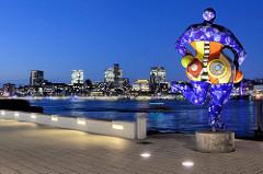 Blick von Hamburg Steinwerder über die Elbe zum Panorama mit den Hochhäuser in Hamburg St. Pauli - re. die Skulptur Blaue Nana von Niki de Saint Phalle.