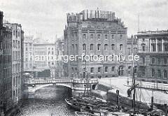 Hamburg in historischen Bildern - Blick über das Nikolaifleet zur Trostbrücke und dem Gebäude der patriotischen Gesellschaft. Schuten und Arbeitsschiffe liegen an der Kaimauer Bei der alten Börse - Kran auf der Kaimauer.