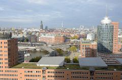 Blick über die Bürogebäude am Kehrwieder in der Hamburger Hafencity zum Baumwall und der Neustadt Hamburgs mit dem Turm der St. Michaeliskirche.