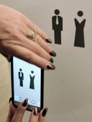 Symbole für Toiletten / Herren mit Krawatte, Damen mit Abendkleid - Elbphilharmonie Hansestadt Hamburg.