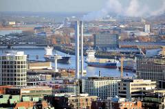 Schornsteine vom Heizkraftwerk Hamburg Hafencity, dahinter die Norderelbe mit Frachtschiffen / Auflieger und die Elbbrücken.