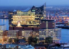 Blaue Stunde in Hamburg - Blick zur beleuchteten Elbphilharmonie; im Vordergrund Bürohäuser am Kehrwieder.