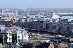 Blick über den Zollkanal und dem Binnenhafen zur Hamburger Speicherstadt und der modernen Architektur der Hafencity.