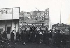 Alte Aufnahme vom Jahrmarkt - Passanten vor einem Marktstand - Die Menschenfresser, lebend + Astrologische Brief-Post.