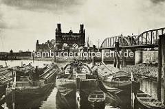 Alte Ansicht von Elbkähnen vor Hamburg Entenwerder, dahinter die Einfahrt zum Billehafen / Oberhafenkanal; dahinter die Brücke der Billhorner Brückenstraße und die Elbbrücke über die Norderelbe.