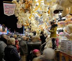 Losstand - Gewinne / Teddybären hängen an der Decke; Winterdom / Jahrmarkt in Hamburg.