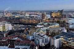 Blaue Stunde über der Hamburger Altstadt und der Hafencity.