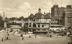 Altes Foto von  der Helgoländer Allee / Bei den St. Pauli Landungsbrücken in Hamburg.  Lks. die Hochbahnbrücke, dahinter die Kersten Miles Brücke und das Bismarckdenkmal. In der Bildmitte das St. Pauli Fährhaus, re. der Eingang zur Hochbahnstatio
