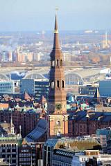 Kupferturm der Hamburger Hauptkirche St. Katharinen, dahinter die Kontorhäuser der Speicherstadt und die Hallen vom Blumen- und Gemüse Großmarkt