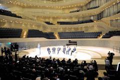 Pressekonferenz zur Eröffnung der Plaza / Aussichtsplattform der Elbphilharmonie in der Hansestadt Hamburg. 300 Journalisten aus aller Welt lauschen im Großen Saal der Elbphilharmonie den Ausführungen.