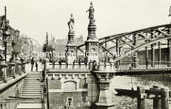 Historisches Bild der Brooksbrücke über den Zollkanal in Hamburg. Steinskulpturen der Hammonia und Europa.