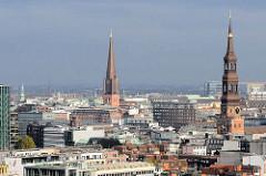 Kirchtürme der Hansestadt Hamburg - lks. die St. Katharinenkirche in der Bildmitte der Kirchturm der St. Jakobi Kirche.