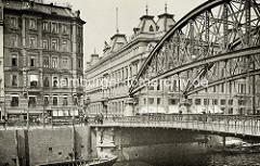 Architekturgeschichte in der Hansestadt Hamburg - Blick über den Zollkanal zum Kontorhaus Dovenhof; eröffnet 1886, Architekt Martin Haller - re. die Kornhausbrücke, die über den Zollkanal in die Speicherstadt / Freihafen führt.