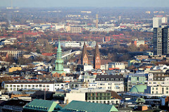 Luftaufnahme von Hamburg St. Georg - Blick zur Dreieinigkeitskirche und dem Mariendom; dahinter das Dach der Schwimmoper / Schwimmhalle an der Sechslingspforte.