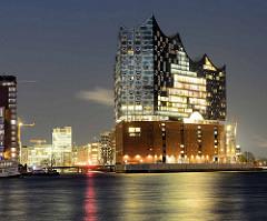 Früher Abend in der Hansestadt Hamburg - Blick über die Elbe zum Gebäude des Hamburger Konzerthauses Elbphilharmonie in der Hafencity.