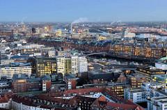 Abend in Hamburg - beleuchtete Fenster der Bürohäuser und Kontorhäuser in der Hamburger Hafencity und Altstadt.