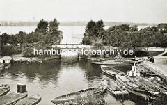 Alte Aufnahme der Hohenfelder Bucht - Schuten liegen am Kai - im Hintergrund die Schwanenwikbrücke und die Aussenalster.