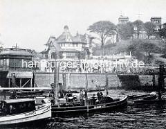 Blick von der Elbe auf das St. Pauli Fährhaus und die Deutsche Seewarte auf dem Stintfang.