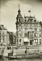 Altes Verwaltungsgebäude der Hapag an der Straße Dovenfleet - Blick über den Zollkanal, Schuten liegen am Kai.