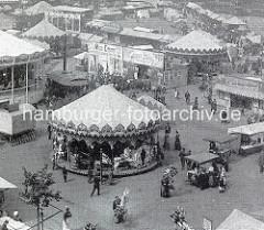 Alte Fotografie vom Hamburger Dom; Karussells und Luftballonverkäufer.