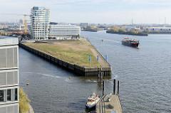 Ausblick von der Hamburger Elbphilharmonie zum Grasbrookhafen und dem Strandkai / Strandhafen - im Hintergrund der Wohnturm Marco Polo Tower und dem Verwaltungsgebäude von Unilever Deutschland.