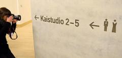 Symbole für Toiletten / Herren mit Krawatte, Damen mit Abendkleid - Elbphilharmonie Hansestadt Hamburg; Hinweis auf Kaistudio 2 - 5.