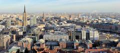 Blick über die Hamburger Altstadt mit dem eingerüstetem St. Nikolaikirchturm, rechts davon der Kirchturm der St. Katharinenkirche und die Speicherstadt Hamburgs.