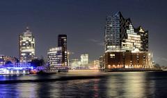 Abenddämmerung im Hamburger Hafen - Blick über die Elbe zur Hafencity; Bürogebäude am Kehrwieder -  in der Bildmitte die Einfahrt zum Sandtorhafen - re. die Elbphilharmonie.