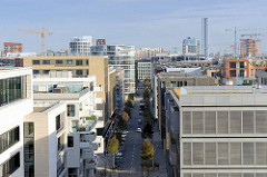 Moderne Wohngebäude im Hamburger Stadtteil Hafencity - Blick durch die Straße Am Kaiserkai.