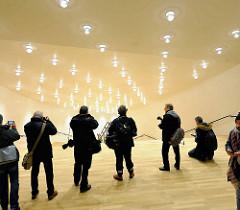 Pressetermin zur Eröffnung der Plaza der Elbphilharmonie - Fotografen fotografieren das Treppenhaus und die Deckenbeleuchtung.