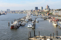 Blick von der Aussichtsplattform der Hamburger Elbphilharmonie auf die Elbe und die Schiffe bei der Überseebrücke - im Hintergrund die St. Pauli Landungsbrücken.