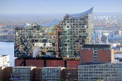 Hamburger Konzerthaus Elbphilharmonie in der Hafencity - in der Bildmitte die um das Gebäude führende Aussichtsplattform / Plaza.