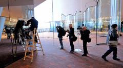 Letzte Feinarbeiten an der Inneneinrichtung der Elphilharmonie.