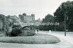 Historische Ansicht der Deutschen Seewarte auf dem Stintfang. Fussgänger  auf der Helgoländer Allee - Kersten Miles Brücke.