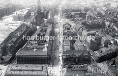 Historische Luftaufnahme der Mönckebergstraße in der Hamburger Altstadt - ganz im Vordergrund lks. das Dach vom Naturhistorischen Museum. Links die Brachfläche vom ehem. Gängeviertel, Vorbereitung für den Bau des Hamburger Kontorhausviertels, dahi