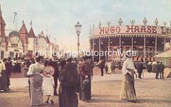 Historische Aufnahme vom Hamburger Dom auf dem Heiligengeistfeld - Frauen mit langen Röcken und Hüten; Buden und Karussell.