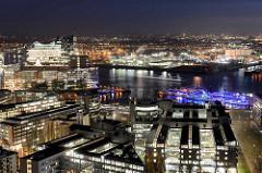Nachtaufnahme in Hamburg - Blick auf das Verlagsgebäude von Gruner + Jahr am Baumwall - lks. Bürogebäude am Kehrwieder, dahinter das Hamburger Konzerthaus Elbphilharmonie / Elphi - re. die beleuchteten Fahrgastschiffe im Niederhafen.