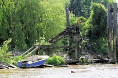 Alte Wassertreppe / Dalben aus Holz - mit Grünpflanzen überwucherter Holzponton in der Billwerder Bucht, Hamburg Rothenburgsort.