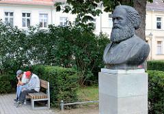 Karl Marx Bronzebüste in Neuruppin - Künstler Fritz Cremer.